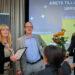 """Bild: Aglaia Ekonomi i Bålsta är nya delägare i Agoy. Här tar ägaren Maria Häggström (längst till vänster) emot pris för """"Årets Tillväxtbyrå 2020 i Uppsala län"""". I mitten Agoys grundare Carl-Magnus Falk och till höger Martin Hammarström, Revisionsvärlden. Foto: Daniel Roos."""